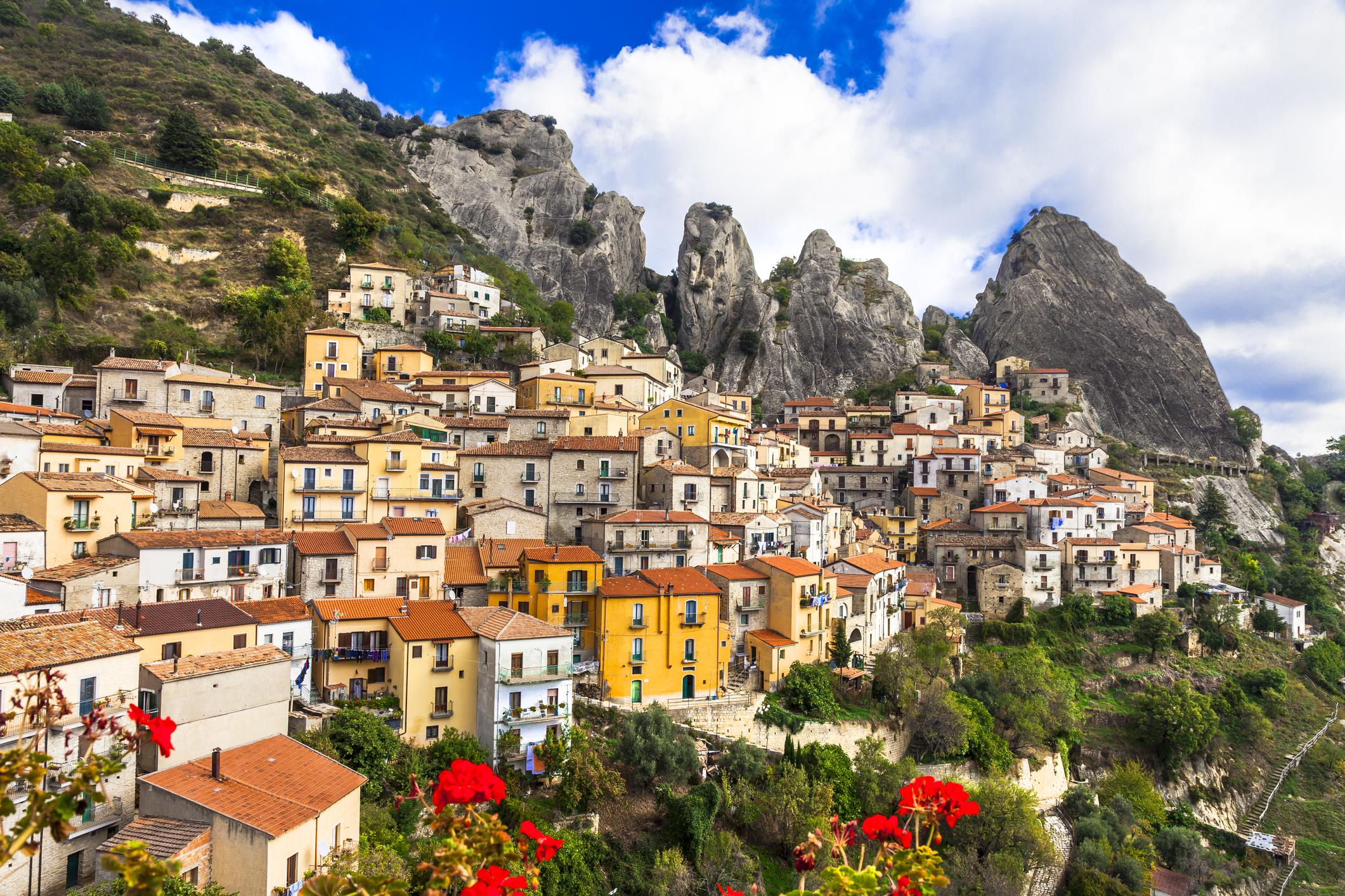 Кастелмеца̀ное село иобщинав ЮжнаИталия, провинцияПотенца, регионБазиликата. Разположено е на 750 метра надморска височина.