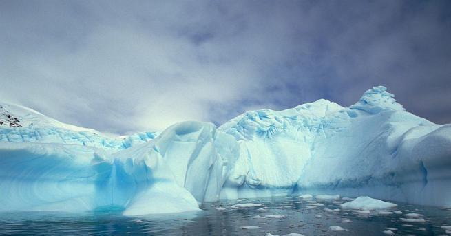 Очертанията на Антарктида на дъното на океана се свиват, защото