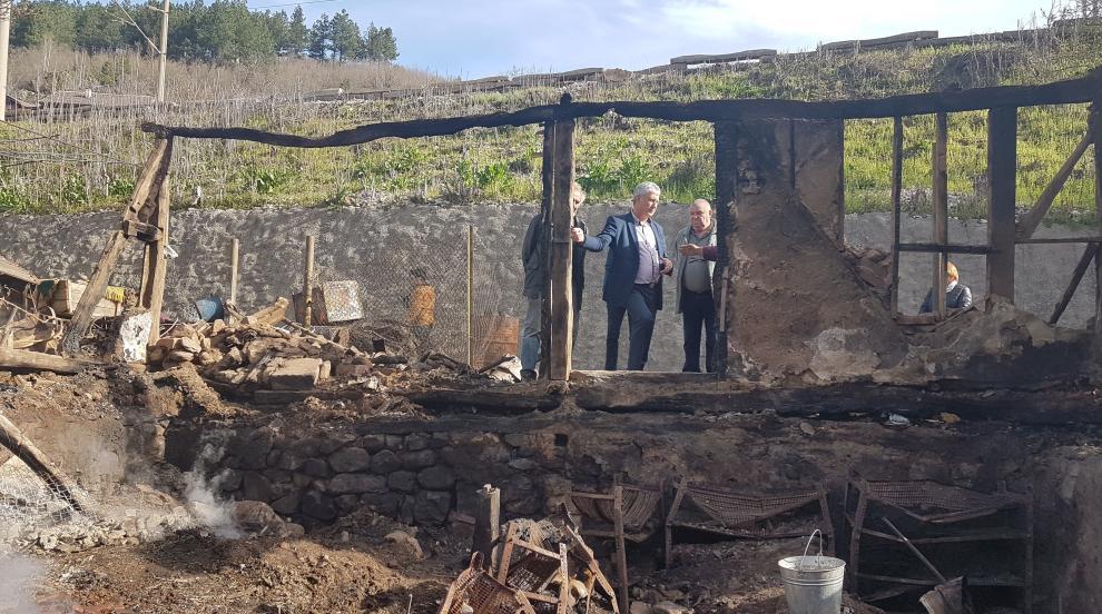 Нещастие: Майка и син, останали без дом заради пожар, спят в каруца (СНИМКИ)