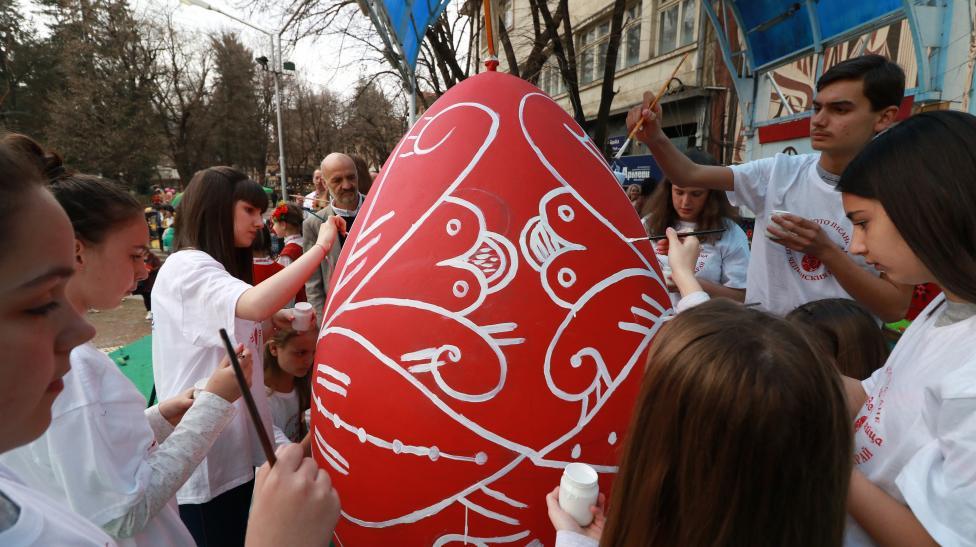 - За трета поредна година Велинград стана най- голямата работилница за писане на великденски яйца в България.