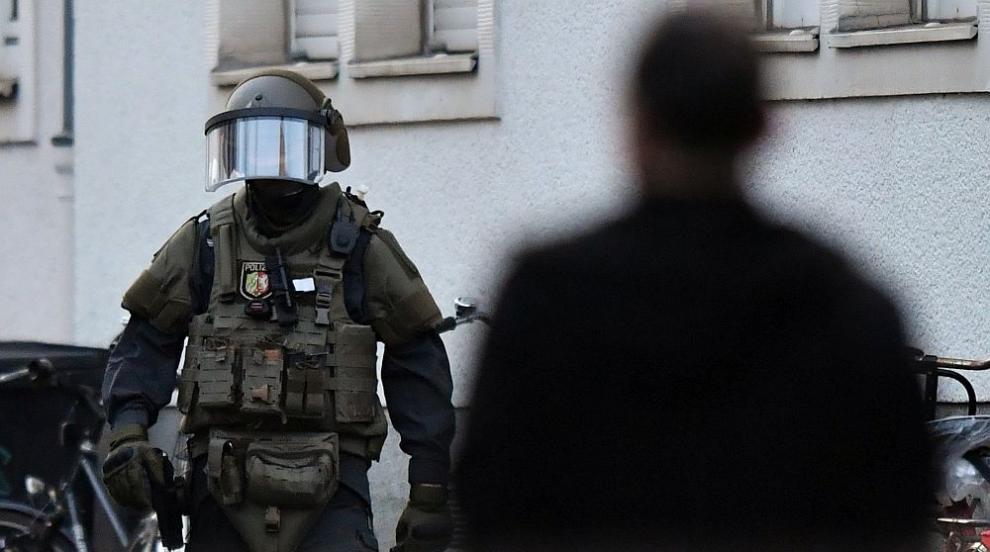 Нападателят от Мюнстер имал в дома си газови бутилки и туби с биоетанол и...