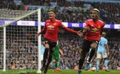 Служител на Сити куфее при победния гол на Юнайтед