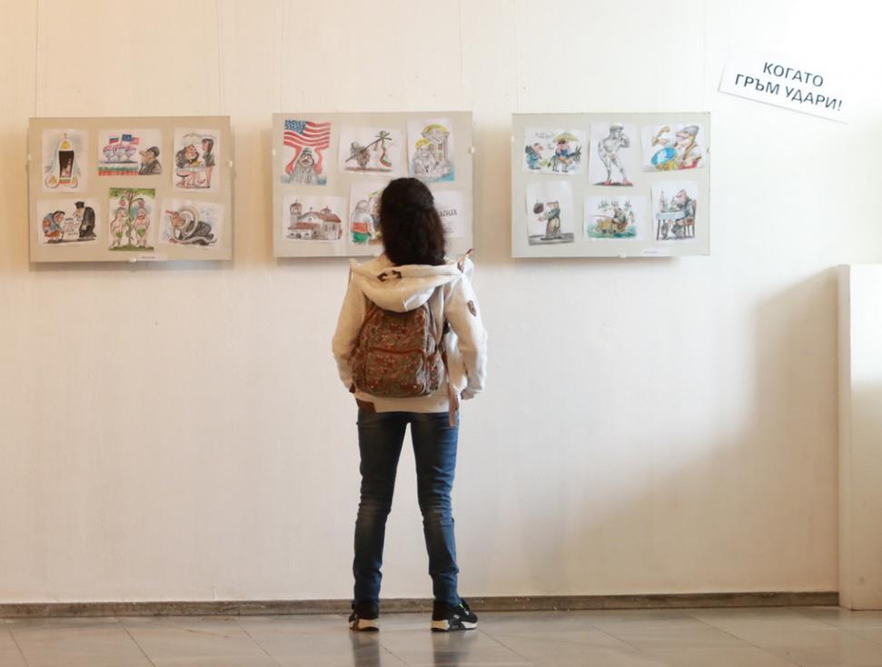 """- Всяка година художниците карикатуристи се събират в галерията на СБХ на """"Шипка"""" 6, за да заявят позицията си към наболели политически проблеми, към..."""