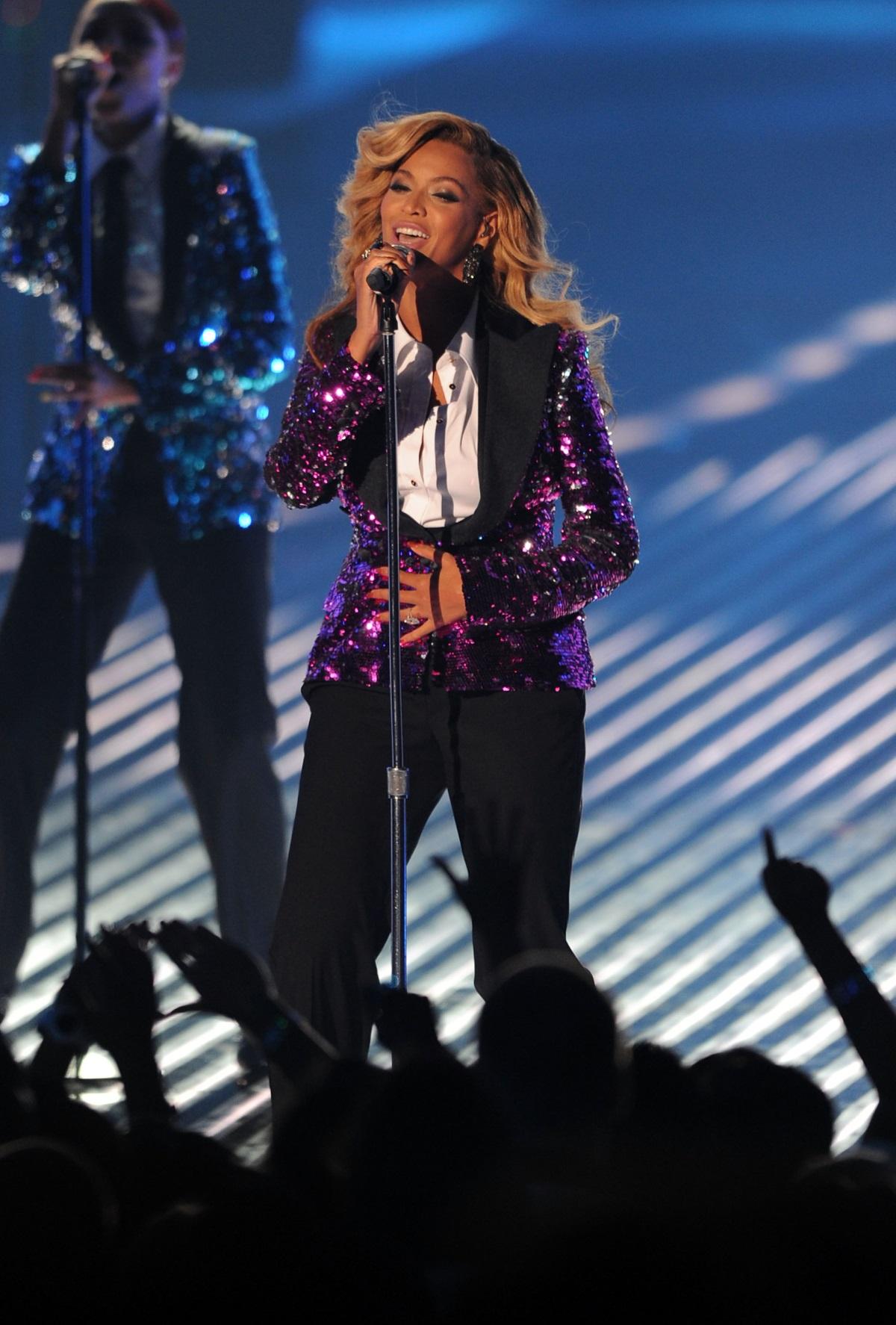 Бионсе, 2011 г. - певицата обяви, че чака първото си дете - Блу Айви, на сцената на Музикалните видео награди.
