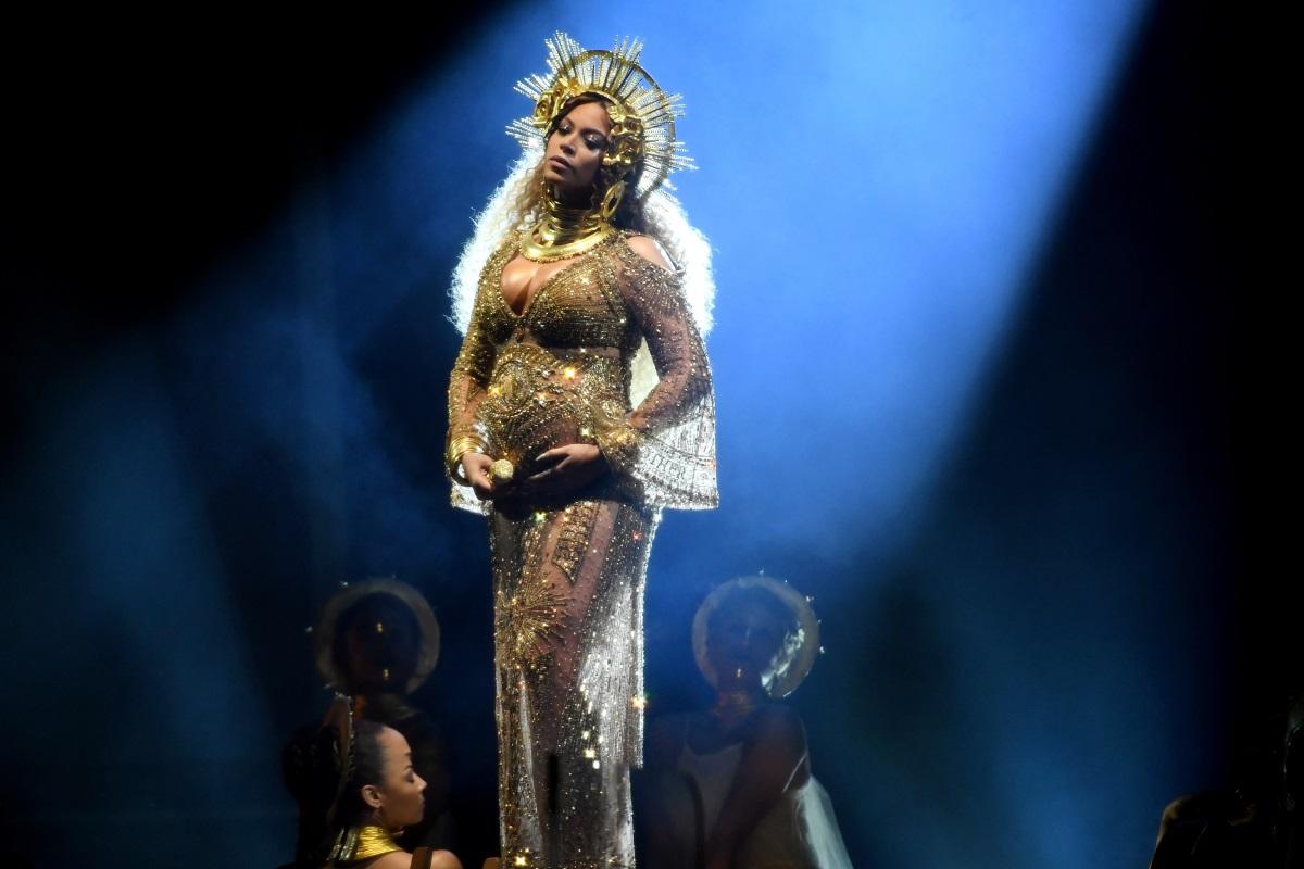 """Бионсе, 2017 г. - Певицата на сцената на наградите """"Грами, бременна с близнацитеРуми и Сър Картър."""
