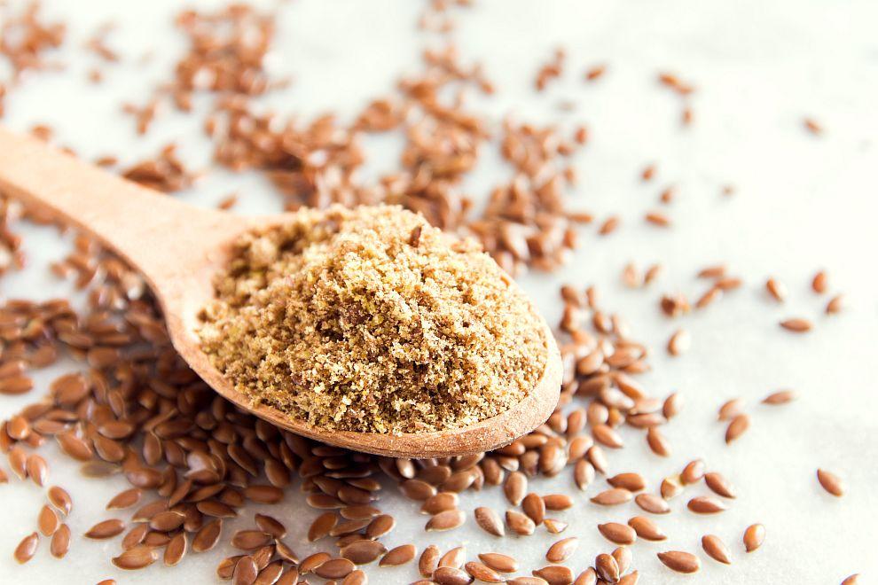 <p><strong>Ленено семе</strong></p>  <p>Отличен източник на омега-3 и омега-6 мастни киселини, диетични фибри и лигнани. Последните са отговорни за разхлабващото му действие. Лененото семе е много полезно по време на диети, за профилактика на рак на дебелото черво и високо кръвно налягане, при болест на Алцхаймер. Добро е за хора с нарушена обмяна на веществата. Препоръчителната дневна доза е 1-2 с. л. (счукано или смляно) като добавка към салатата.</p>