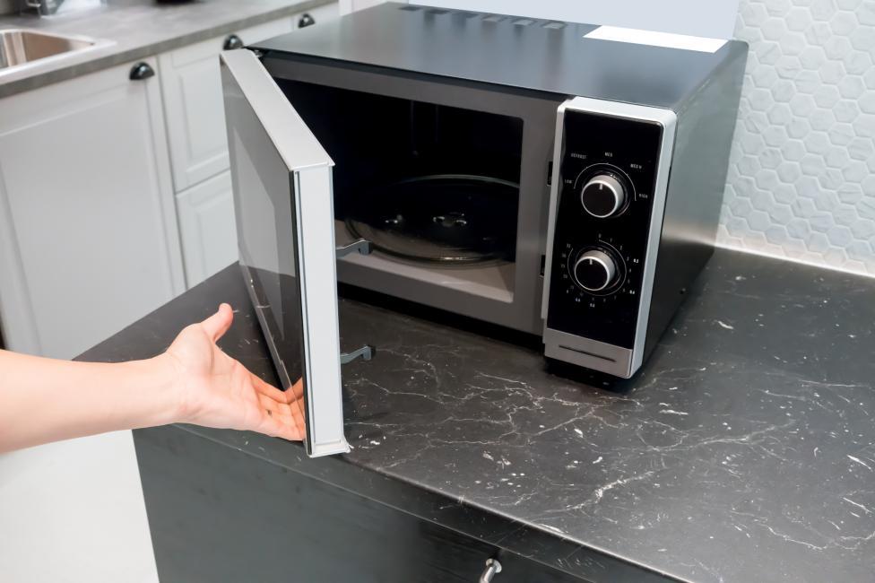 - Микровълновата печка е често пропускан за почистване домакински уред. Лесен и бърз начин да направите това: в една стъклена купа сипете вода, в нея...