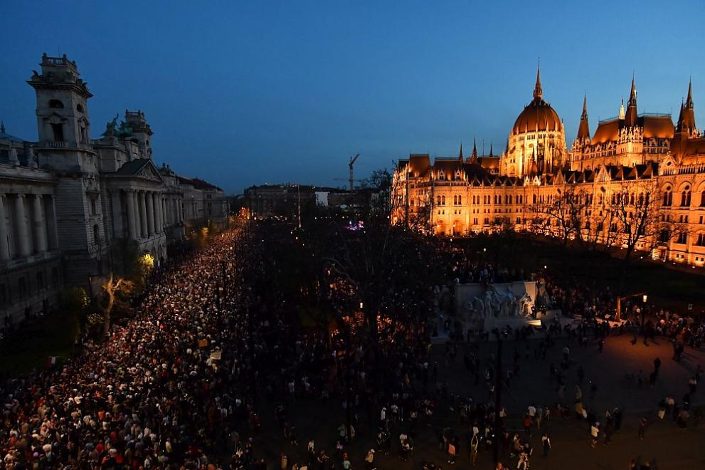 Десетки хиляди унгарци на протест срещу изборната победа на Орбан