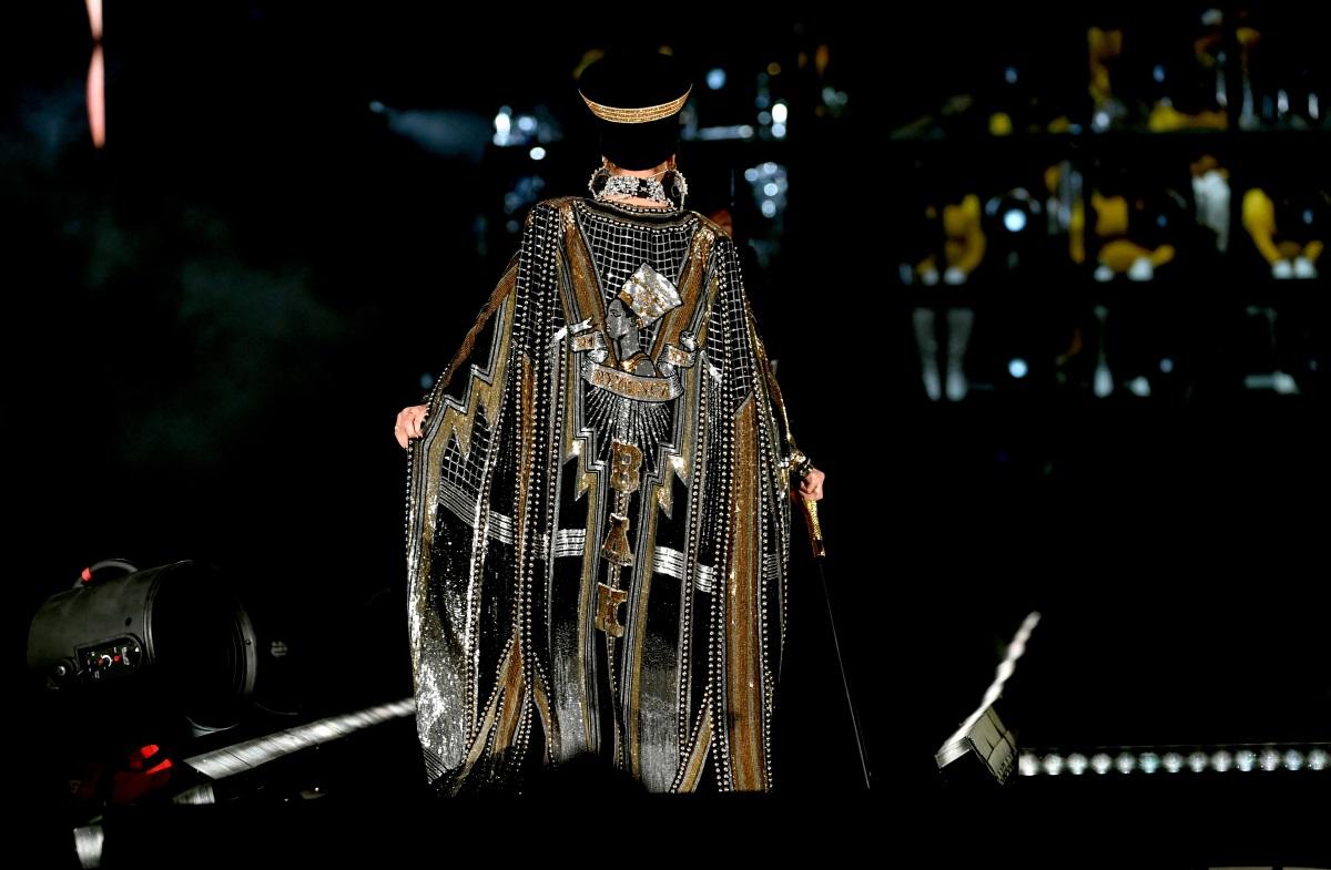 """Певицата не показа никакви признаци на умора от майчинството и не спря да танцува в продължение на два часа, изпълнявайки 27 песни по време на фестивала """"Коачела"""". Съпругът ѝ - рап легендата Джей Зи, се появи на сцената в края на концерта, за да се включи в песента Deja Vu. Членовете на Destiny's Child Кели Роуланд и Мишел Уилямс се присъединиха към Бионсе за три от песните на триото."""