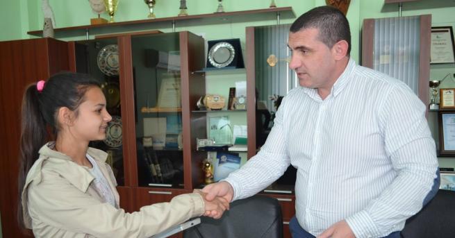 Кметът на Община Девня награди петокласничката Айлин Ферад, която намери