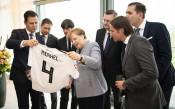Меркел получи фланелка на  германския национален отбор преди Мондиал 2018 в Русия<strong> източник: Gulliver/GettyImages</strong>