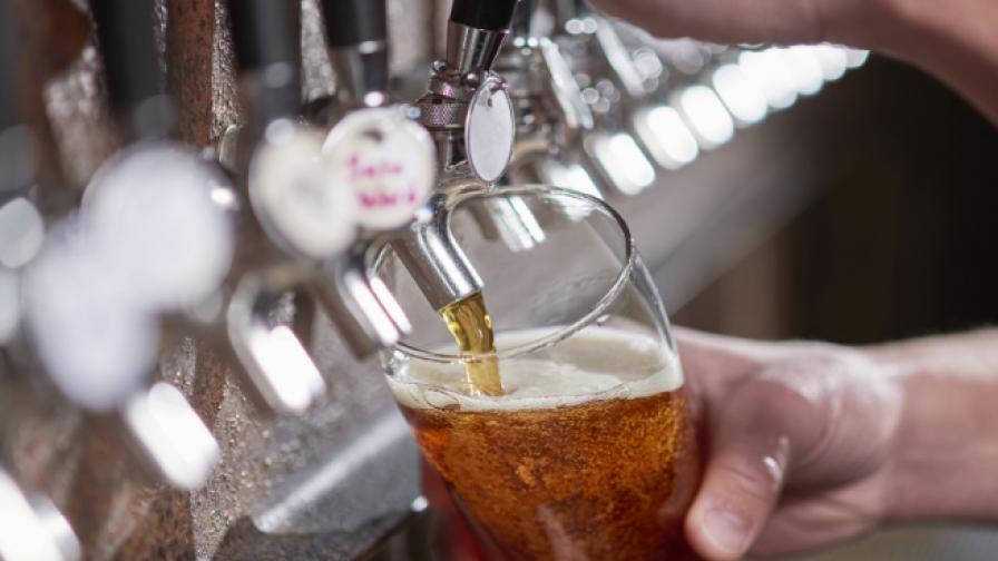 87-годишната барманка, наляла над 1 млн. чаши с бира