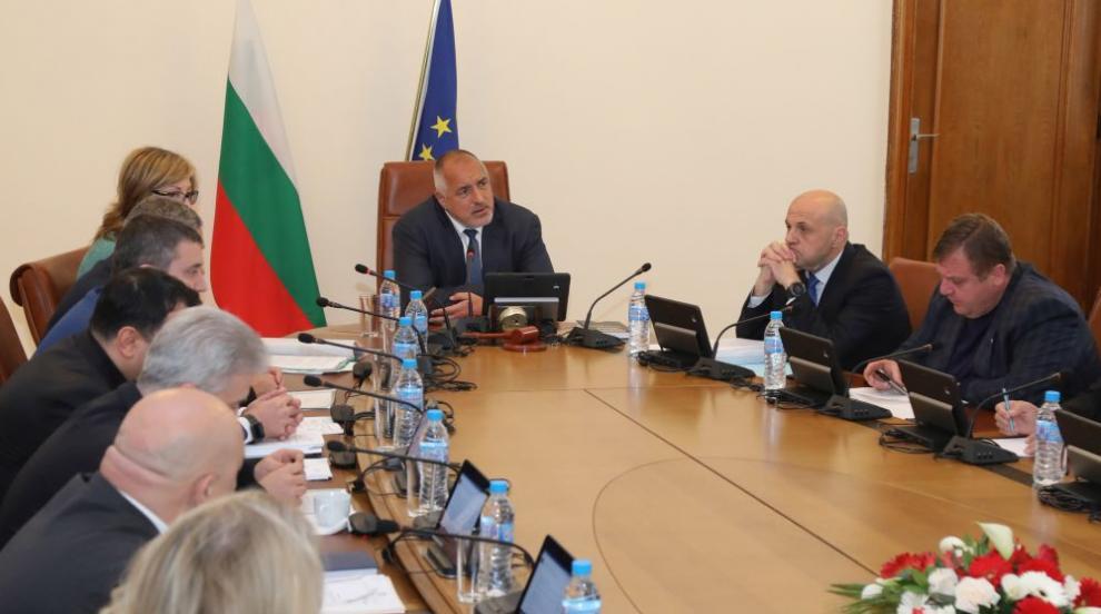 Борисов отговори на Радев с мобилизирани министри и много светлина