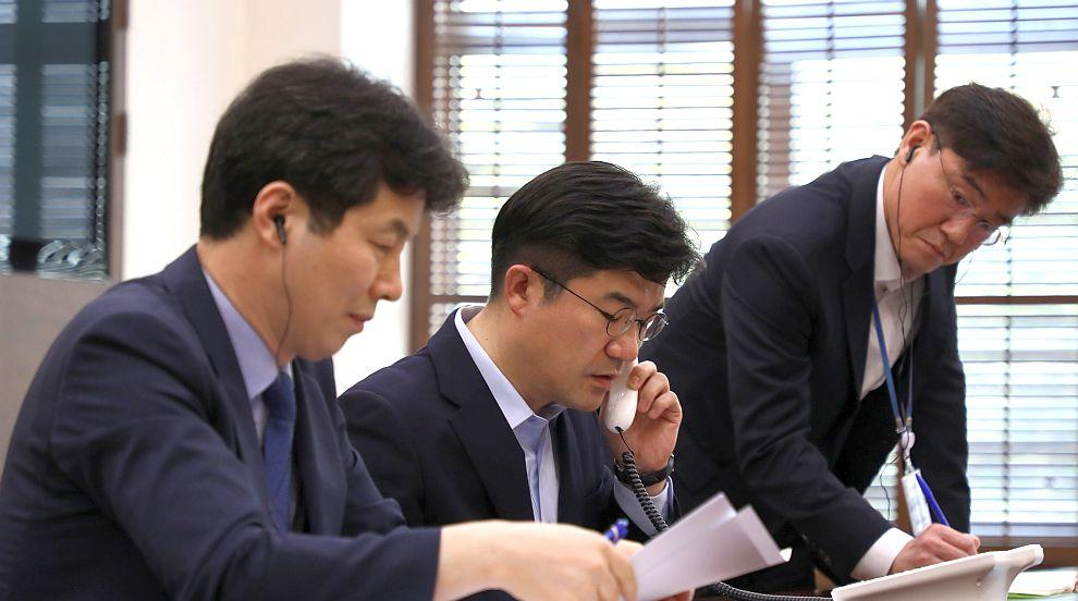 Северна и Южна Корея откриха червена телефонна линия между лидерите си