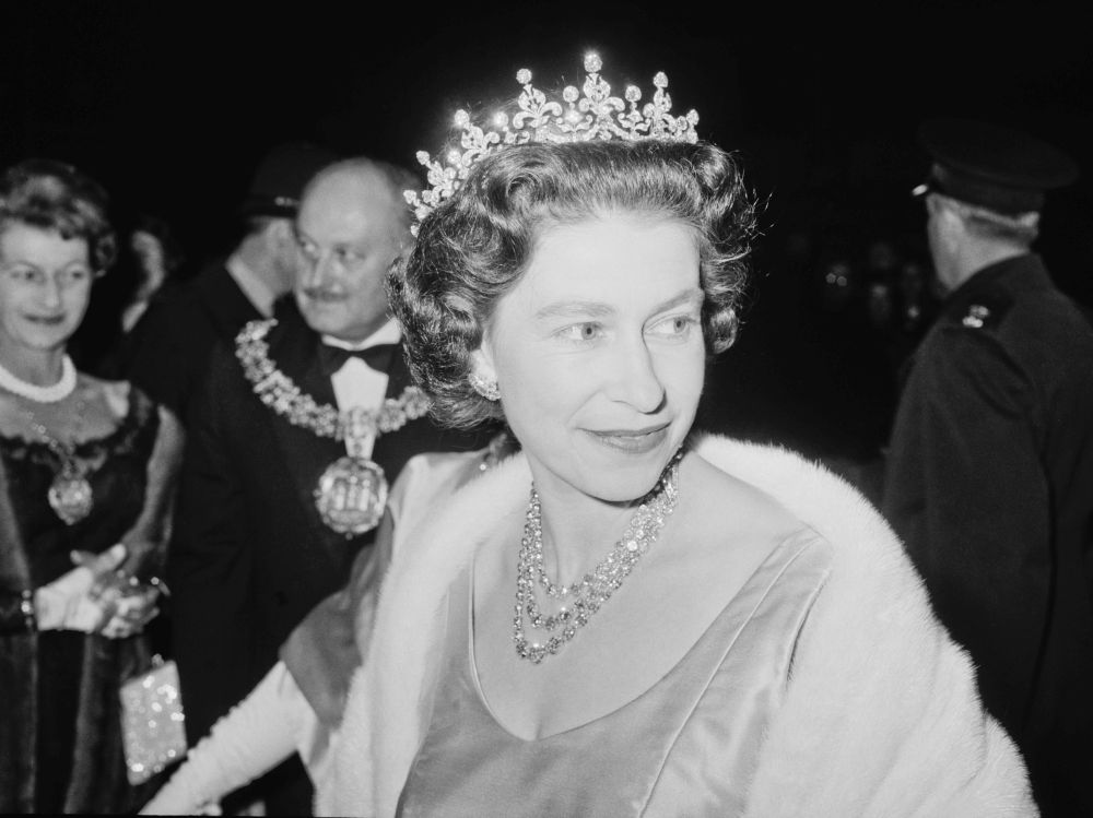 Вижте в нашата галерия снимки на британската кралица Елизабет Втора от малка принцеса до 25-тата ѝ годишнина на трона. Кралица Елизаобет Втора навършва 95 години на 21 април. На снимката: кралица Елизабет Втора, 1 ноември 1964 година