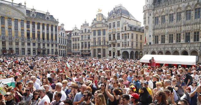 Стотици хора се включиха в Голямото българско хоро в центъра