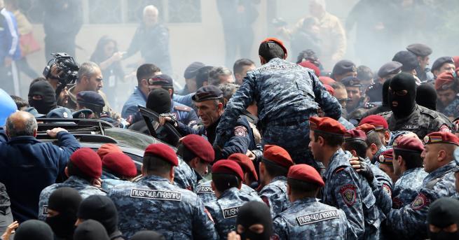 Протестите в Армения стигнаха до опасна граница, пише руският ежедневник