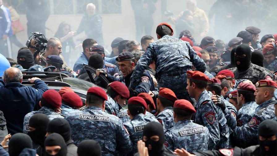Хора във военни униформи с протестиращите в Армения