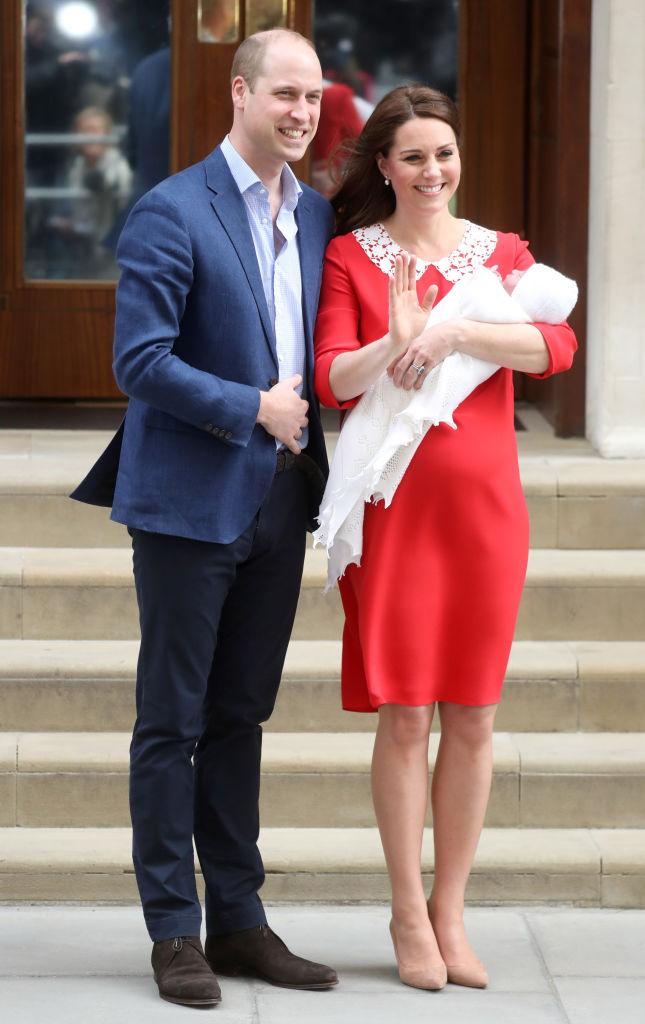 """Кейт Мидълтън и принц Уилям показаха новия член на семейството. Момченцето проплака за първи път в 11.01 ч. местно време в лондонската болница """"Сейнт Мери"""". Това е третото дете на херцогинята на Кеймбридж и британския престолонаследник."""