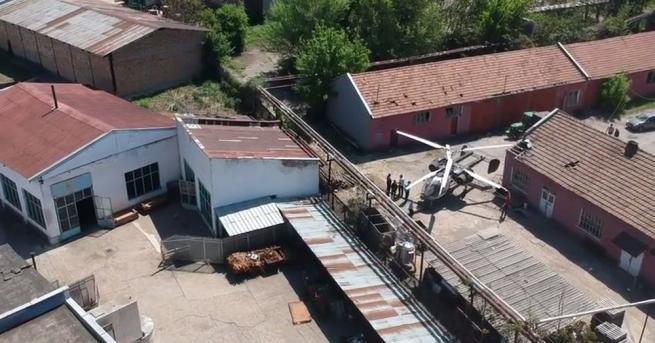 Хеликоптер от селскостопанската авиация кацна аварийно в двора на Винпрома