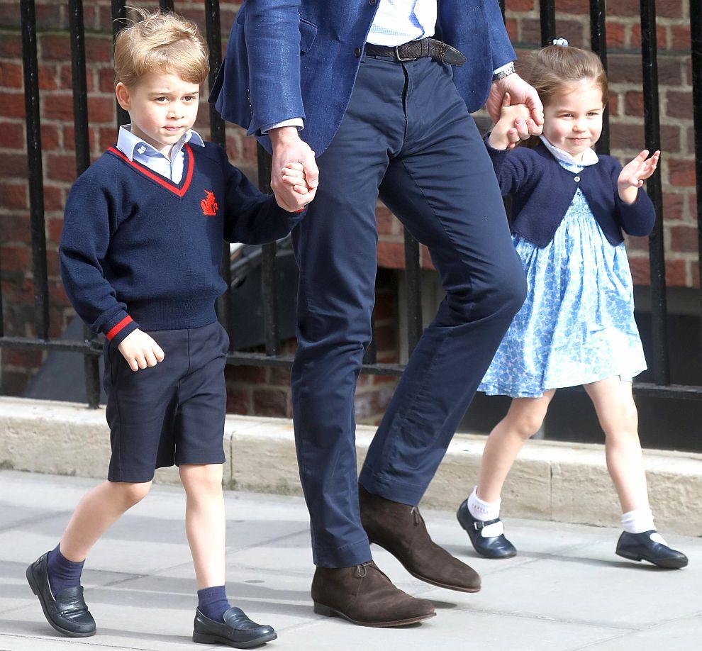 """Принц Джордж и принцеса Шарлот придружават татко си Уилям в болницата """"Сейнт Мери"""", където на 23 април се роди по-малкото им братче"""