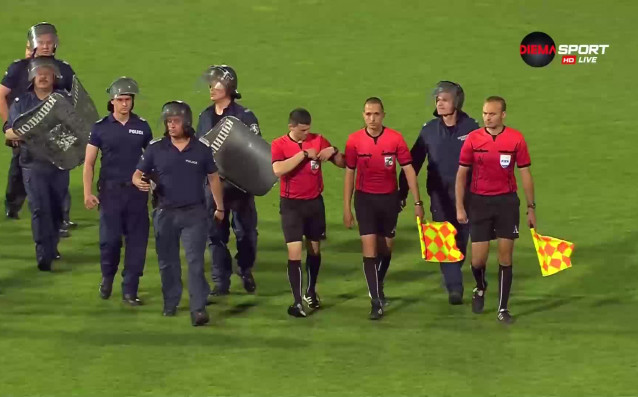 Футболистите на Ботев Пловдив атакуваха съдията Станислав Ставров след последния
