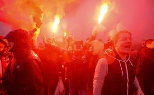 Тифози вилнеят с колани и бият фенове на Ливърпул