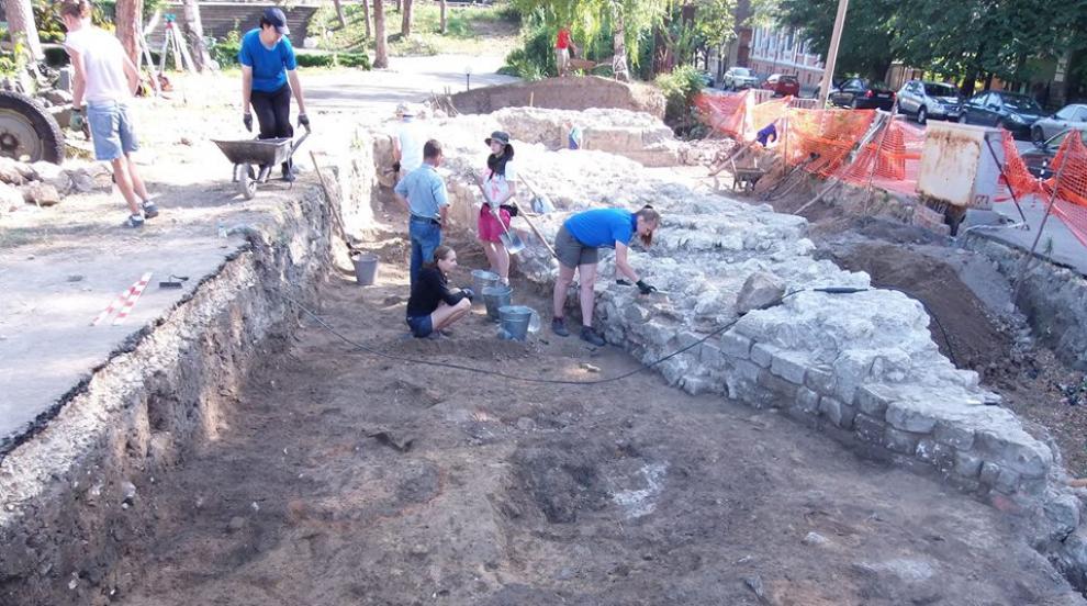"""Амфора от пети век е открита на """"Сексагинта Приста"""" в Русе (СНИМКА)"""