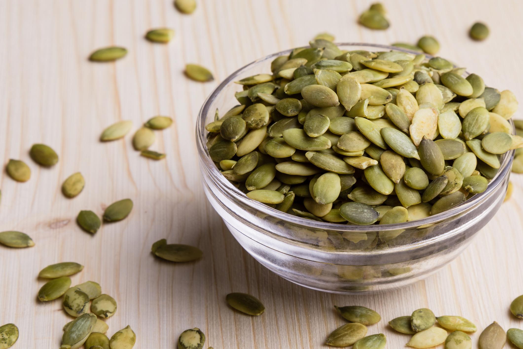 Семена от тиква. Енергия от 100 грама – 559 калории. Един от най-богатите хранителни източници на желязо и манган. Съдържат още витамини от групата на В – тиамин, рибофлавин, ниацин, холин, биотин, пиридоксин, пантотенова и фолиева киселини. Коефициент на хранителна стойност – 84.