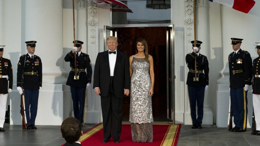 Доналд и Мелания Тръмп се държат за ръце при посрещането на семейство Макрон в Белия дом