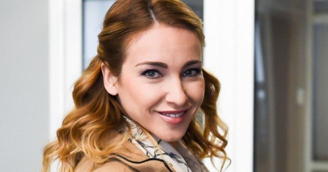 Красивата певица и актриса Алекс Раева е родила първата си