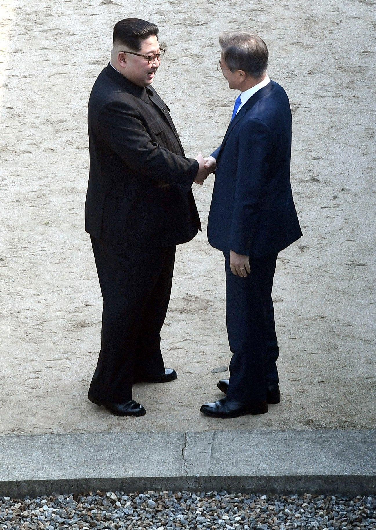 Ким Чен-ун стана първият лидер на севернокорейската държава, който преминава от южната страна на границата от 1953 г. Двамата с южнокорейския му колега демонстративно си стиснаха ръцете на граничната линия.