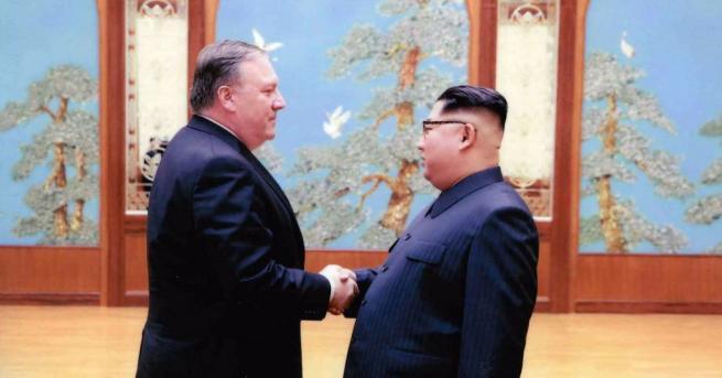 Пресслужбата на Белия дом публикува вчера две снимки от срещата