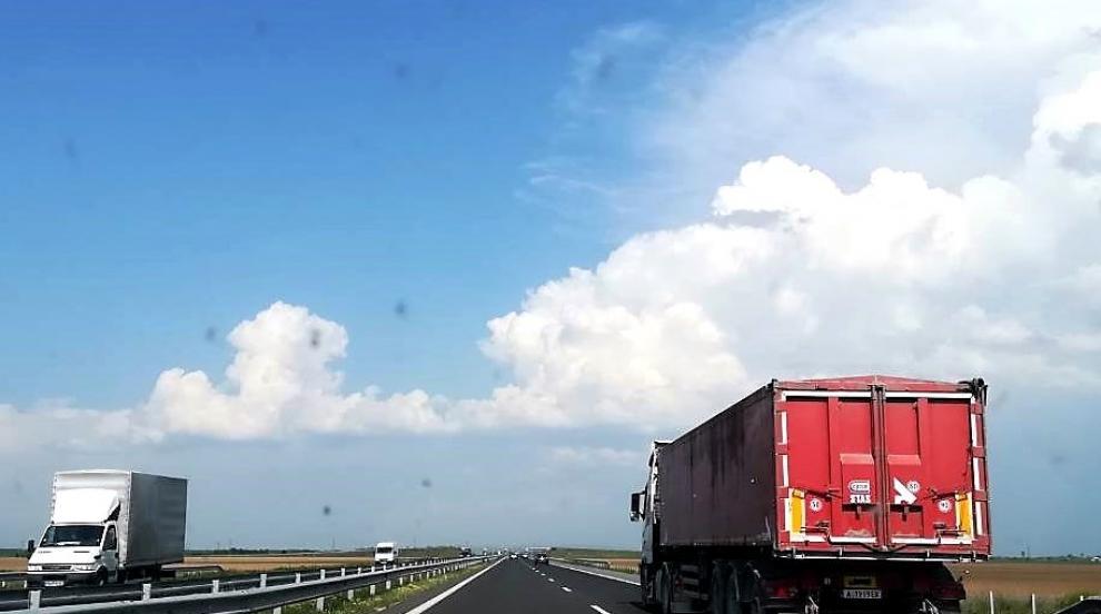 """ТИР се обърна и обърка движението на магистрала """"Тракия"""""""