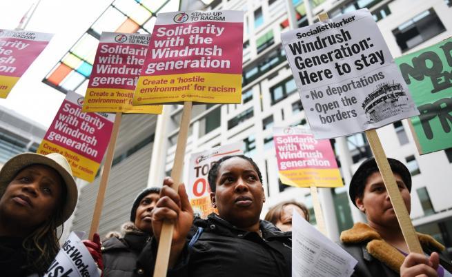 """Протест в подкрепа на поколението """"Уиндръш"""" пред вътрешното министерство на Великобритания"""