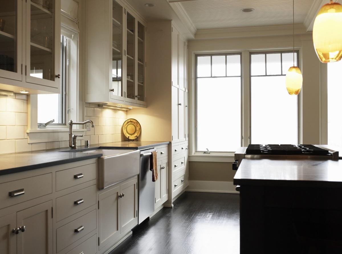 1. Кухненският плот всеки ден се почиства и се държи празен - може би ви се струва трудно да прибирате и изваждате всеки ден нещата, които всекидневно ползвате, като захарницата, кафемашината, блендера и сокоизстисквачката, но това е едно от задължителните неща за хората с чисти кухни. Освен това, преди да ги приберат по шкафовете или на някой рафт, уредите се забърсват с влажна кърпа.<br />