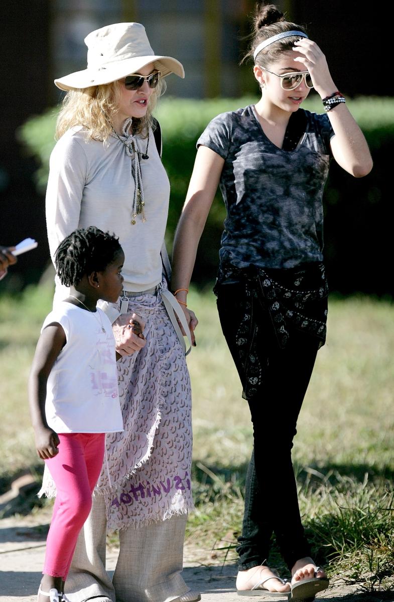 Мадона има 4 деца. Две биологични и две осиновени.