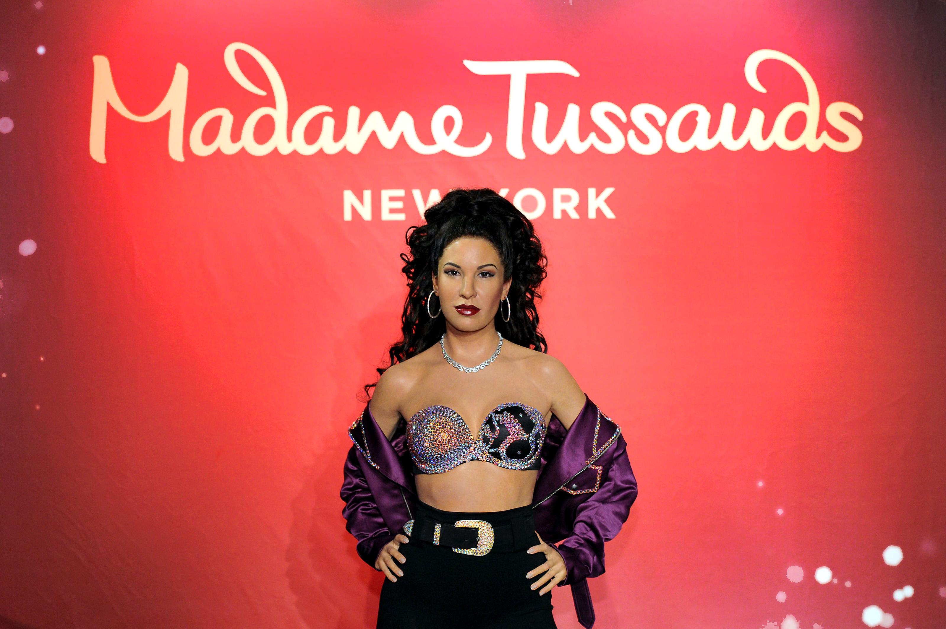 """Селена(снимката е на фигурата на Селена от музия на """"Мадам Тюсо"""") през 1995 г., Селена - известна като """"мексиканската Мадона""""е застреляна от председателя на фен клуба си само на23 години. За краткия си живот певицатапродава над 20 милиона копияот албумите си."""
