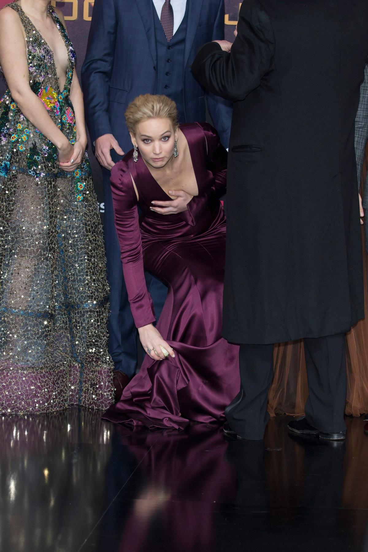 """През 2015 г. в Берлин на премиерата на """"Игрите на глада: Сойка-присмехулка - част 2"""" Лорънс имаше проблем с роклята, която не само се оказа доста дълга, но и разкриваше повече от деколтето, отколкото актрисата искаше да се види."""