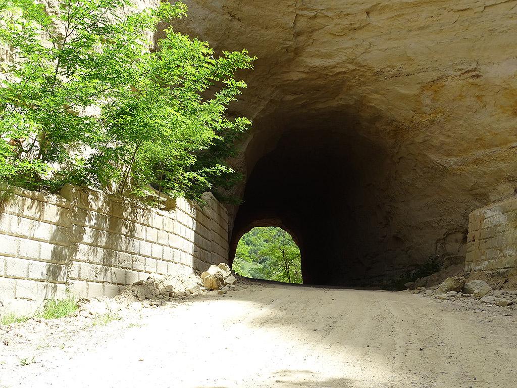 """Село Любовище, до него се стига през тунел, прокопан в един от """"меловете"""". Оттатък него вече има едва 20-ина жители и саморазрушаващи се или състарили се като обитателите си къщи."""