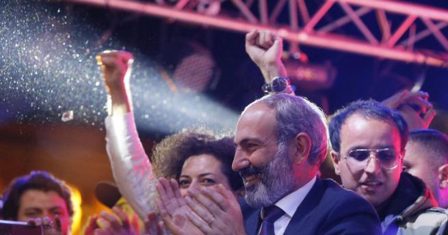След три седмици на антиправителствени протести парламентът на Армения избра