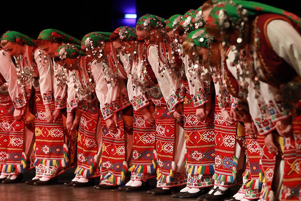 """Трите най-големи български фолклорни състава – емблеми в музикалното и танцовото ни изкуство – ансамбъл """"Филип Кутев"""", """"Тракия"""" и """"Пирин"""", на една сцена. За пореден път трите ансамбъла се сливат в един спектакъл, за да покажат красотата на българския фолклор. Събитието е единствено по рода си и събира най-добрите танцьори, певци и инструменталисти на една сцена в ритъма на истинска българска фолклорна музика"""