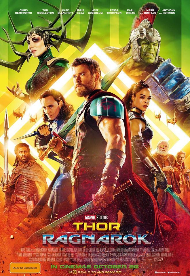 """3. Thor: Ragnarok / """"Тор: Рагнарок"""" (2017) – Тор се бе превърнал в най-скучния Отмъстител от групата преди новозеландският ексцентрик Тайка Уайтити да даде свеж старт на героя в грандиозния трети филм, посветен на подвизите му. Наред с неспирен дъжд от истерично смешни шеги, филмът дискретно, почти незабележимо извършва и впечатляваща личностна деконструкция на главния герой."""