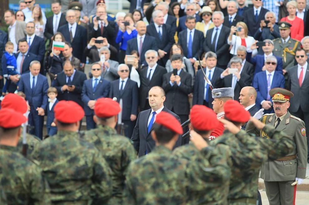 Президентът Румен Раден на военния парад за 6 май
