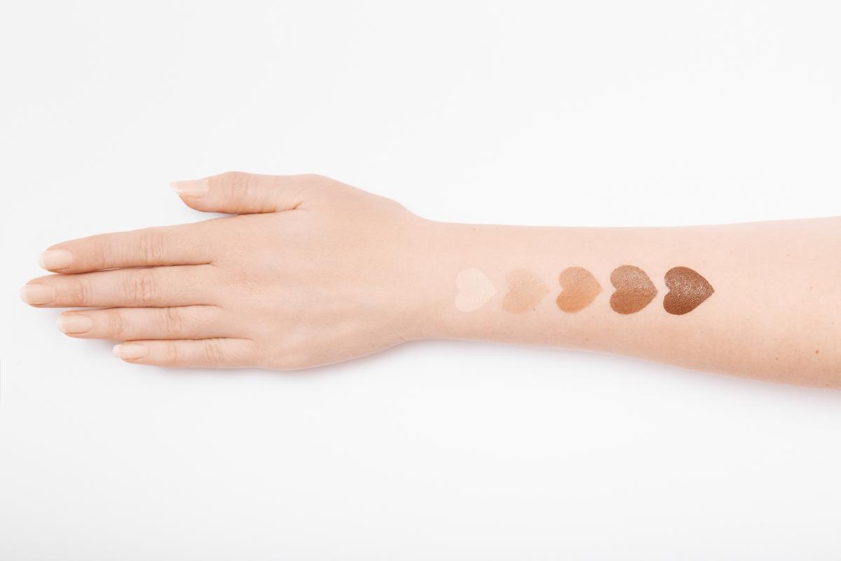 При липса на витамин B12 може да се появи промяна в пигментацията на кожата.