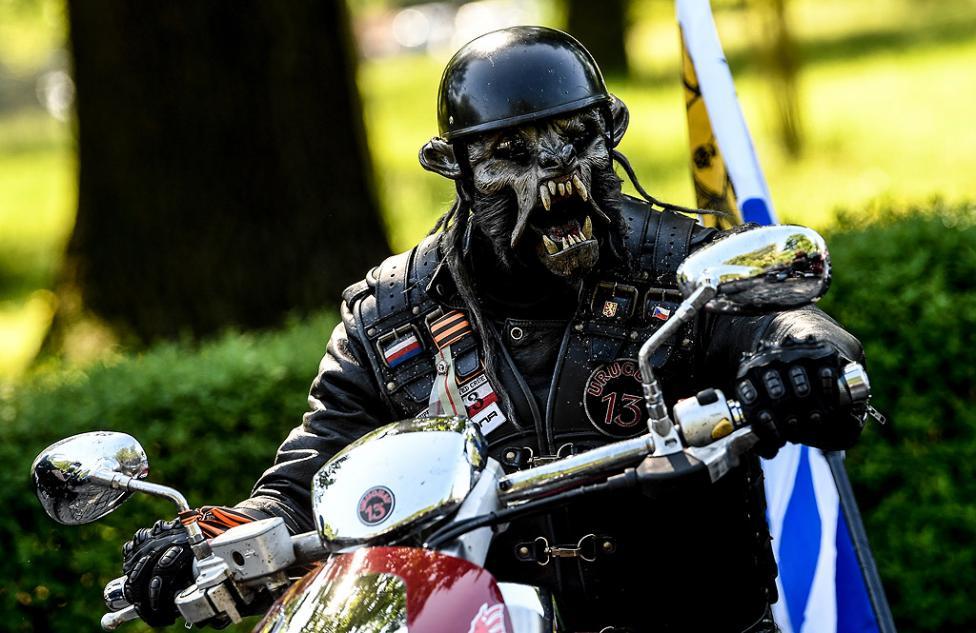 """- Мотористите от клуба """"Нощните вълци"""" на церемония по поднасяне на венци и цветя за загиналите съветски войници от Втората световна война, на..."""
