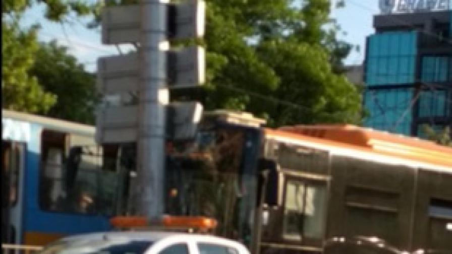 Автобус се удари в стълб, има пострадали