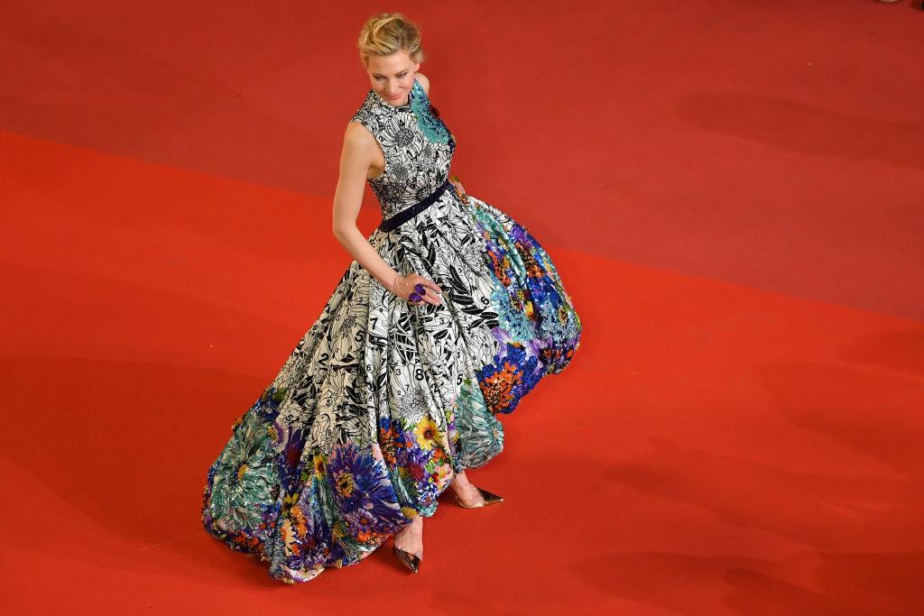 Звездата на 71-ия кинофестивал в Кан австралийската актриса Кейт Бланшет, която е тазгодишният председател на журито, прикова всички погледи към себе си с тоалета, който бе избрала за поредната вечер на фестивала. Актрисата изглеждаше ослепително в асиметрична рокля  - украсена с черно-бели флорални мотиви, преливащи в цветни.