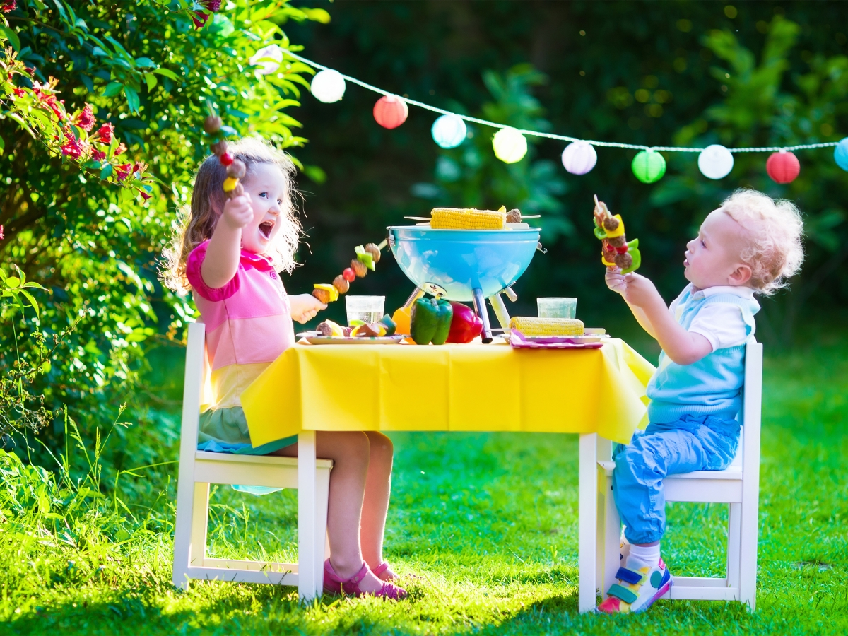 Дръжте децата заети<br /> Ако на вашето парти има деца, предлагайте дейности, с които могат да се занимават, докато възрастните прекарват времето си заедно.
