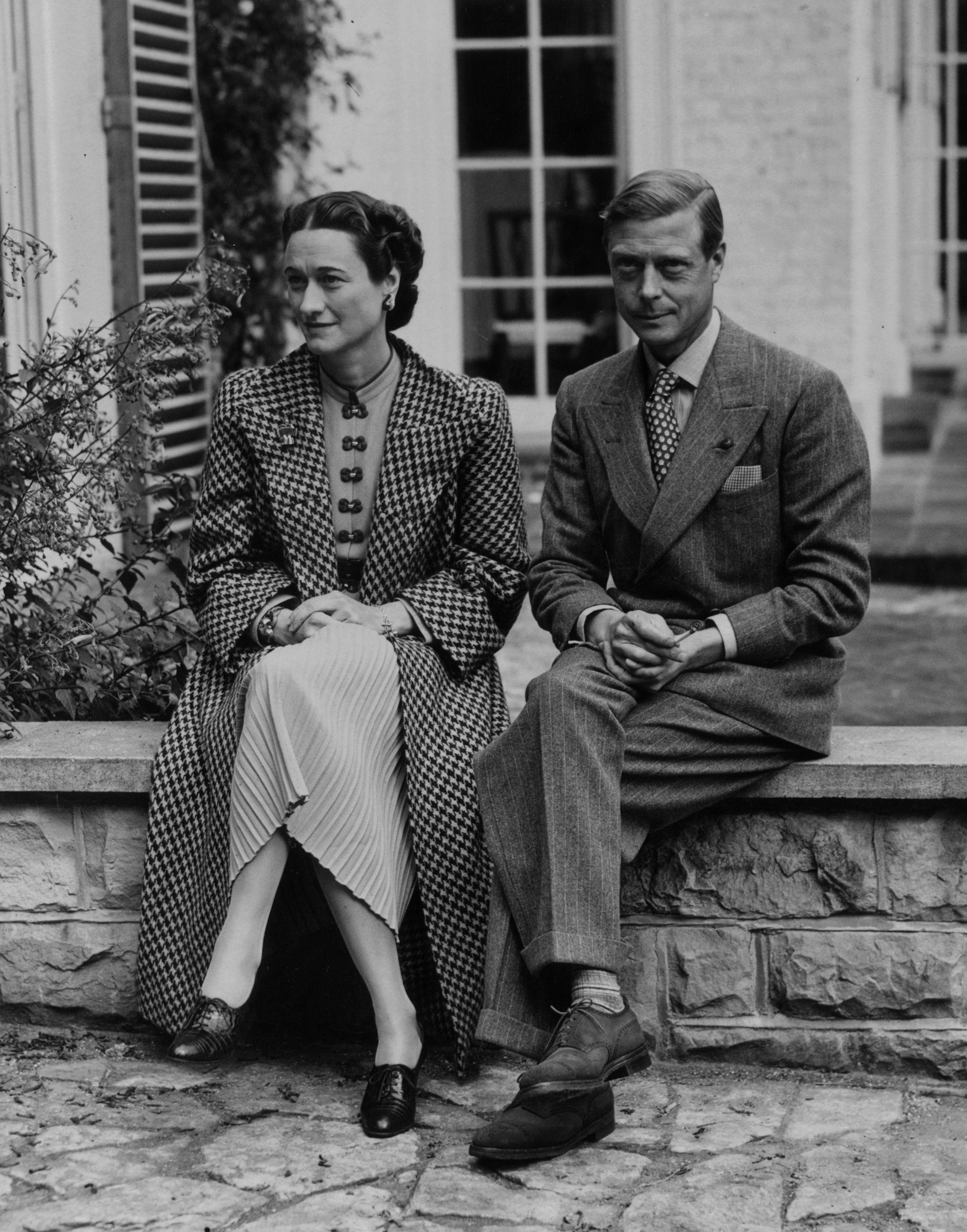През 1936 г. крал Джордж V умира.<br /> На трона се възкачва крал Едуард VIII. В началото двойката не демонстрира отношенията си, но в края на годината те стават по-публични, което предизвиква скандал във Великобритания. Кралят има връзка с два пъти развежданажена. Правителството разбира, че намеренията на Едуард са сериозни.